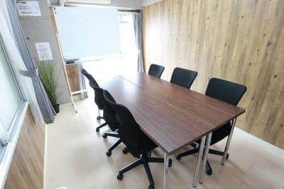 エニタイムスペース新大阪 格安貸し会議室、多目的スペースの室内の写真