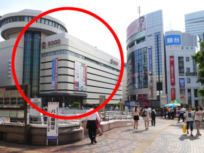 西口を出ると歩行者デッキ(2階)があり、左手奥に「そごう大宮」が見えます。 - 大宮そごうラウンジ コワーキングスペースの外観の写真