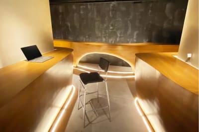 上質な空間でお仕事できます。 - MURA BAR ワークスペースカフェ 1人席の室内の写真