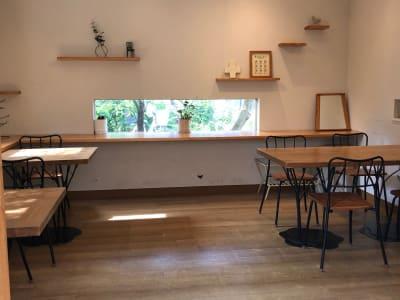 ギャラリースペースの正面(カウンター、棚、ピクチャーレール)テーブル移動可能 -  Roomer 作品展、教室、キッチン付女子会の室内の写真