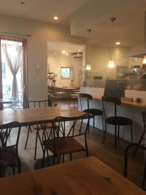 カフェスペースから見たギャラリースペース(カーテンで仕切れます) -  Roomer 作品展、教室、キッチン付女子会の室内の写真