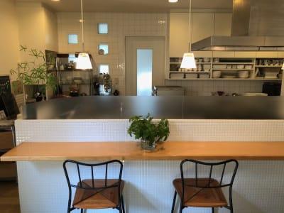 カフェカウンターから見たキッチン -  Roomer 作品展、教室、キッチン付女子会の設備の写真
