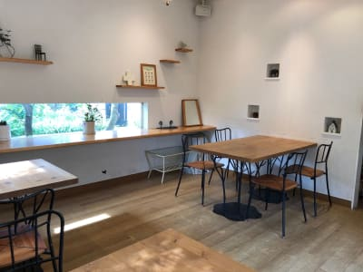 ギャラリースペースの右側壁面(ピクチャーレール)とニッチ -  Roomer 作品展、教室、キッチン付女子会の室内の写真