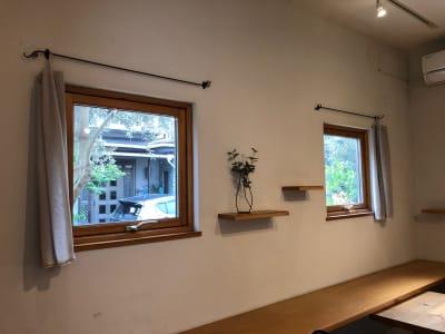 ギャラリースペースの左面(L字カウンターと棚) 木枠窓 -  Roomer 作品展、教室、キッチン付女子会の室内の写真
