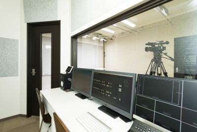 コントロールルームから演者への指示が可能です。 - E.TEACH STUDIO 撮影スタジオの室内の写真