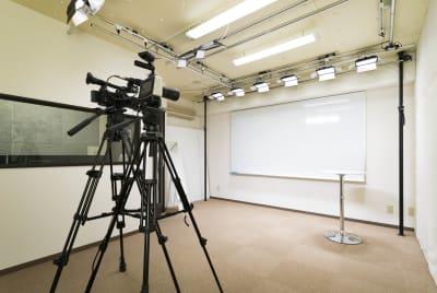 2.7m × 1.5mの大判のホワイトボードの他にクロマキー用にグリーンバックも - E.TEACH STUDIO 撮影スタジオの室内の写真