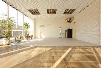 【西側】東側から自然光が差し込む - ブルックススタジオ テラス付きハウススタジオ の室内の写真