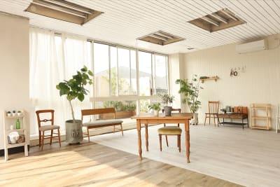 【南側】も全面窓 - ブルックススタジオ テラス付きハウススタジオ の室内の写真
