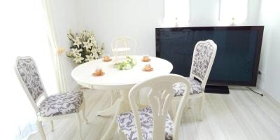 季節の変わり目の為、最近では明るめにコーディネートをしています(*^^*)♪ - レンタルスペース『サン・ユーロ』 会議室・サロン・レンタルピアノの室内の写真