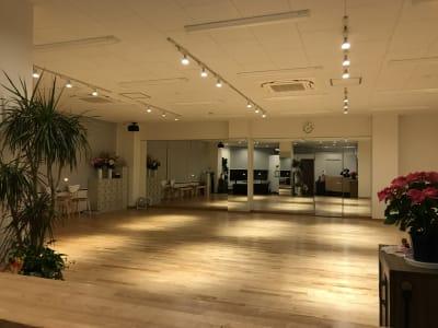 夜はダウンライトで雰囲気アップ - DanceStudioHeily レンタルダンススペースの室内の写真