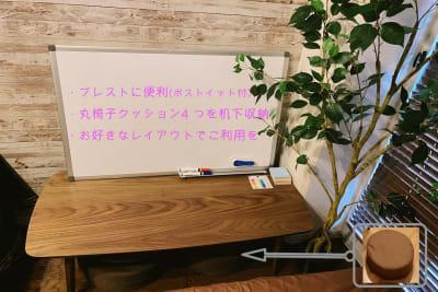 ホワイトボード完備✨机の下には、4つのクッション椅子があります✨ - 🌸祝移転︰アイル心斎橋 高速Wifi+料理+ゲーム🎉の室内の写真