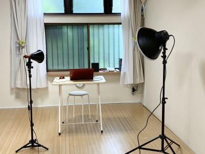オンライン配信用照明器具あり - レンタルスペース Mermaid (ルームC)15畳フローリングの室内の写真