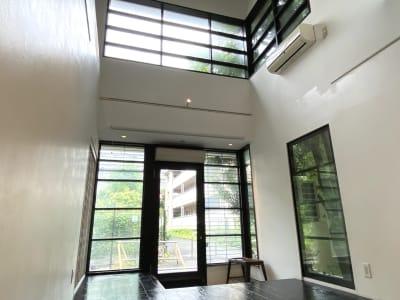 入り口付近は吹き抜けとなっており、天高約6mあります。 - SOCIAL TOKYO ギャラリー&エキシビジョンの室内の写真