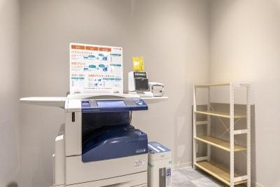 複合機もあります。 ※有料・交通系ICカード精算 - BIZcomfort南町田 10名用会議室の設備の写真