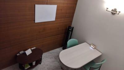 2~3人での会議も可能です。(ホワイトボードつき) - 勉強カフェ博多プレース 会議室 カウンセリングルームの室内の写真