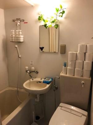 シャワーオプションあり!  シャンプー、リンス、ボディーソープあり! ※バスタオルはご持参下さい - JK Room 新宿三丁目店 隠れサロン💅🏻施術ベット🛌の室内の写真