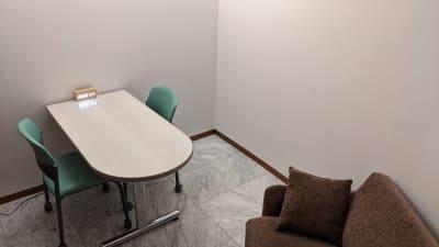 勉強カフェ博多プレース 会議室 カウンセリングルームの室内の写真