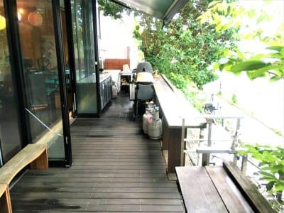 テラスは3階層に分かれており、上段には屋根があるので雨でもBBQが楽しめます。 - ラウンジクリブの室内の写真