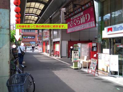 JRと反対側 隣はジャンカラ、右の通りは飲屋が立ち並び、道を渡ると奥の商店街へ - 大京クラブ【レンタルスペース】 【 軒先スペース 】の室内の写真