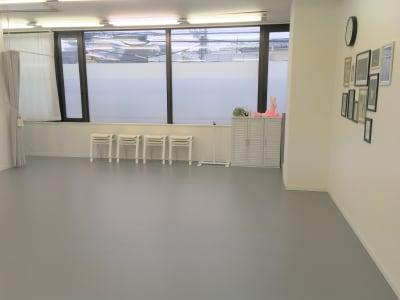 見学スペース(椅子8脚) - N.studio ダンススタジオの室内の写真