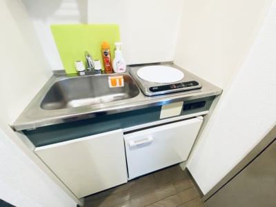 ミニキッチン付!(簡易冷蔵庫あり)自慢の手料理を振舞ってください🍳 - SMILE+ViVi梅田 レンタルスペース、パーティルームの設備の写真