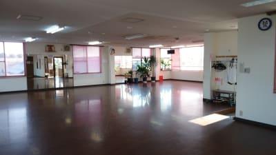 ダンスホールルンバ ダンス 練習場の室内の写真