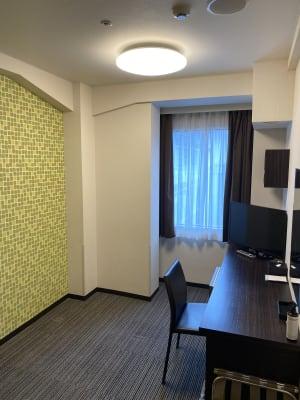 日中は採光が入ります。夜間ご利用ゲストの為にデスクライトも常備しております。 - ホテルウィング新宿 テレワーク用客室 505号室の室内の写真