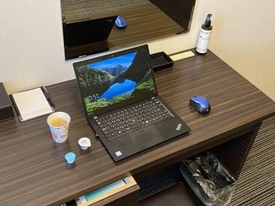 ノートパソコンを置いても十分にスペースがございます。 - ホテルウィング新宿 テレワーク用客室 505号室の室内の写真