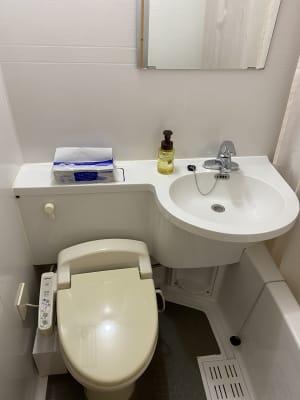 お手洗いは客室内にございます。シャワーのご利用はご遠慮ください。 - ホテルウィング新宿 テレワーク用客室 504号室の室内の写真