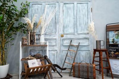 アンティークなドアとコンクリ調の壁でエレガントな雰囲気を。 - スタジオ「μ」(スタジオミュー) 撮影スタジオ(ハウススタジオ)の室内の写真