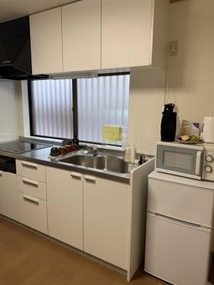 キッチンは共有部分としてご利用いただけます - シェアサロンファースト(北欧) レンタルサロン(北欧風)の設備の写真