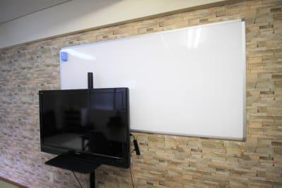 大型ホワイトボードとテレビ - ハルイロの部屋 長堀橋 多目的レンタルスペースの設備の写真