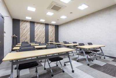 江戸堀センタービルセミナーブース 16名収容可能、充実設備の室内の写真