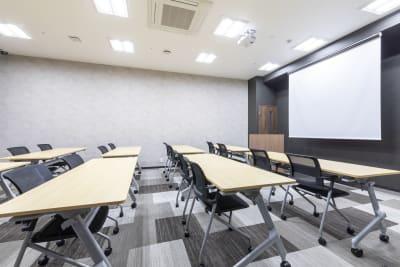 プロジェクター・スクリーン・モニター・演台・WI-FI完備 - 江戸堀センタービルセミナーブース 16名収容可能、充実設備の設備の写真