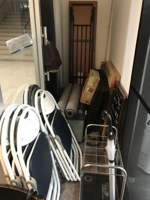会議用テーブル、椅子、運動マット、リノニウム、ベニヤ板など、多種ダンスに対応可能 - ライオンズプラザ市が尾 HAPPY SMILE スタジオの設備の写真