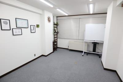 テーブルを畳めば広々スペースに - シェアプレ 貸会議室 神保町 コトリノトリコの室内の写真