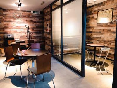 本に囲まれた、カフェのような落ち着く空間です - アドマーニスペース 多目的スペースの室内の写真