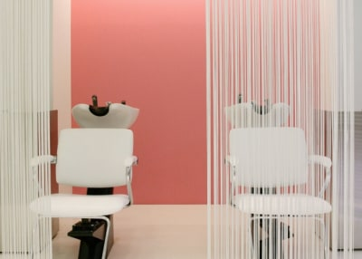 シャンプー台 - girra HAIR&MAKE サロンスペースの室内の写真
