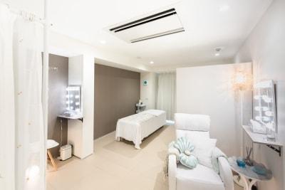 リクライニングソファーがあります。まつげの施術、フェイシャル、カウンセリングにも - キラリラ神戸元町ウェスト 完全個室レンタルサロンの室内の写真