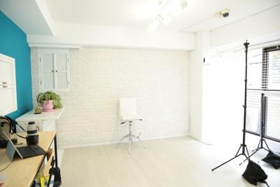 ポートレイト、インタビュー撮影にもご利用いただいております。 - 表参道キッチンアンドカルチャーの室内の写真