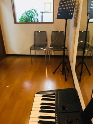 スタジオ内の椅子と簡易テーブルでカウンセリングや音響機器利用でセラピー可。 - RRR(音楽教室内レンタルサロン レンタルスタジオ・サロンの室内の写真