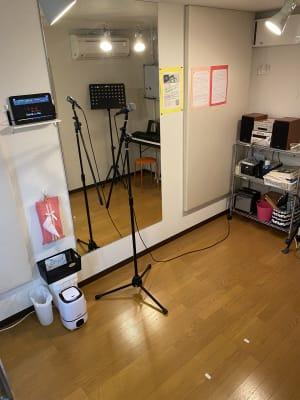 個室スタジオ内備え付けの音響機器(コンポやカラオケタブレット)の利用可。 - RRR(音楽教室内レンタルサロン レンタルスタジオ・サロンの設備の写真