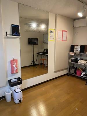 備え付けの音響機器(コンポやカラオケタブレット)の利用可。 - RRR(音楽教室内レンタルサロン レンタルスタジオ・サロンの室内の写真