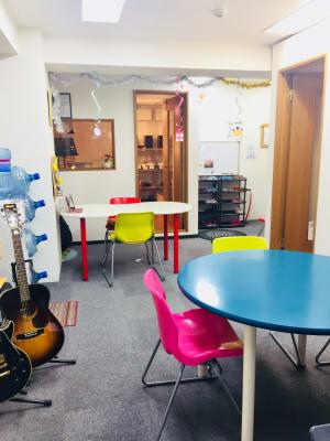 スタジオは個室ですが、フロアにはスタッフが駐在いたします。 - RRR(音楽教室内レンタルサロン レンタルスタジオ・サロンの入口の写真