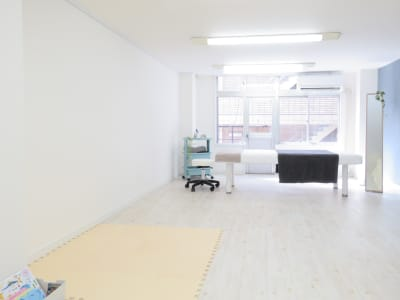 白を貴重とした明るく広いサロン内 - salon ole 立地抜群!完全個室の清潔サロン◎の室内の写真