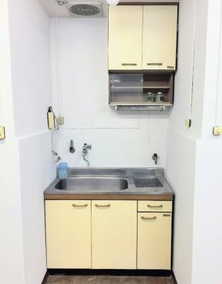 ミニキッチンで水道が使えます。コンロやレンジはありませんので、調理はできません。 - アーバンスペース雷門の室内の写真