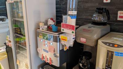 コーヒー、紅茶等はフリードリンクなのでご自由にお召し上がりください。 - 勉強カフェ博多プレース 会議室 セミナールームの設備の写真