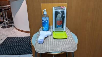 入り口ではご利用者様全員に手の消毒と検温のご協力をお願いしております。 - 勉強カフェ博多プレース 会議室 ミーティングルームの入口の写真