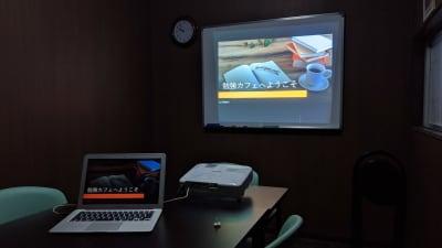オプションでプロジェクターの貸出も可能です。 - 勉強カフェ博多プレース 会議室 ミーティングルームの室内の写真
