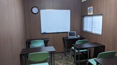デスクを並べ替えてレイアウトを変更することも可能です。 - 勉強カフェ博多プレース 会議室 ミーティングルームの室内の写真